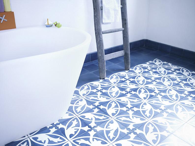 VIA Zementmosaikplatten – Florales Muster in Blau-weiß