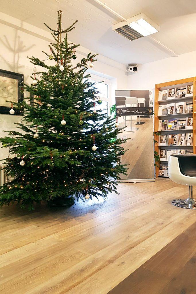 Weihnachtsbaum auf Parkettboden