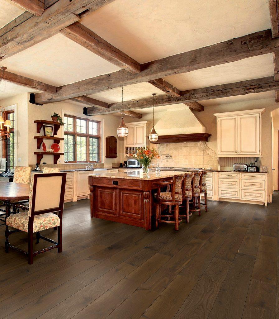 Rustikal vs Modern: Räuchereiche Polos von koelnparkett in rustikaler Küche