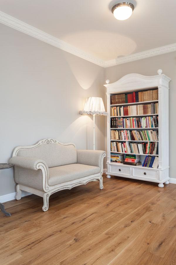 Lesezimmer mit Massivdielen aus Eichenholz
