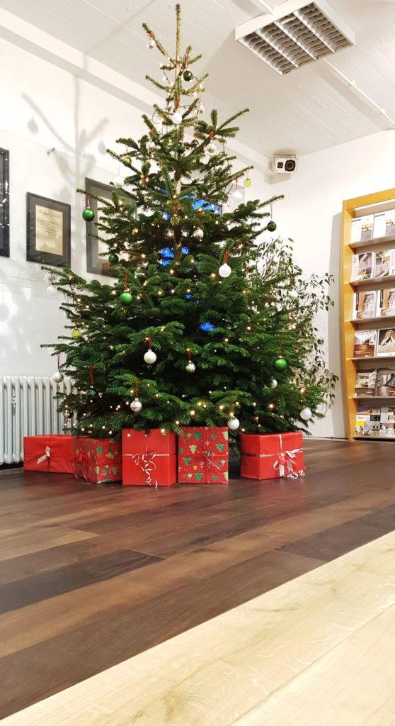 Weihnachtsbaum auf Parkett